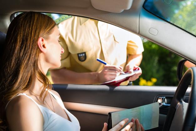 https://podoleanu-paun.ro/wp-content/uploads/2020/04/police-woman-traffic-violation-getting-ticket_79405-9491.jpg